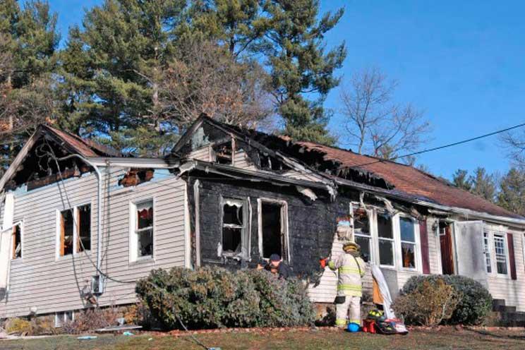 un-joven-heroe-rescata-de-un-incendio-a-los-perros-de-una-anciana-4