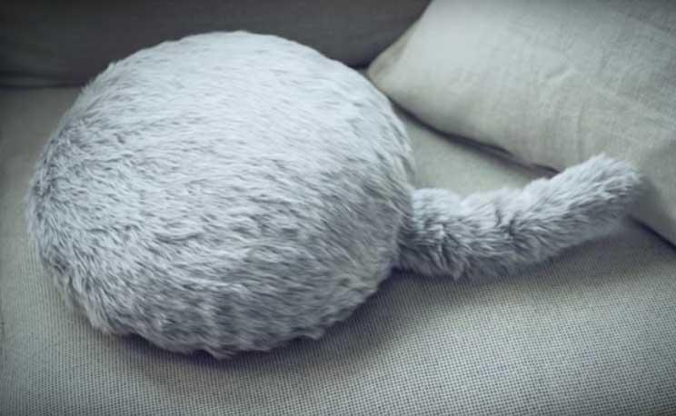 Qoobo-la-mascota-antiestres-con-cola-y-sin-cabeza-3